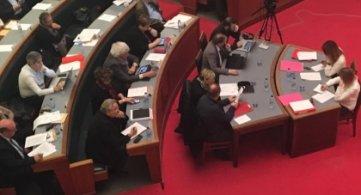 NON au projet de loi autorisant les visites domiciliaires et, au moment où l'Etat fédéral décide de fermer le centre Croix-Rouge de Tournai, OUI à une solidarité active et concrète en faveur des réfugiés